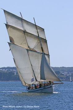 Sailing Courses, Bateau Pirate, Old Sailing Ships, Classic Sailing, Wooden Ship, Narrowboat, Motor Yacht, Boat Design, Sail Away