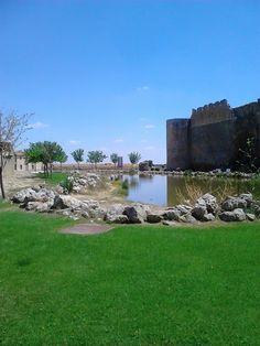 Junto a la muralla de Urueña en la provincia de Valladolid.