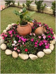 33 creative spring flowers ideas to your garden design 9 - Garden Decor Ideas Garden Yard Ideas, Garden Crafts, Lawn And Garden, Garden Projects, Garden Art, Small Round Garden Ideas, Patio Ideas, Small Front Yard Landscaping, Backyard Landscaping