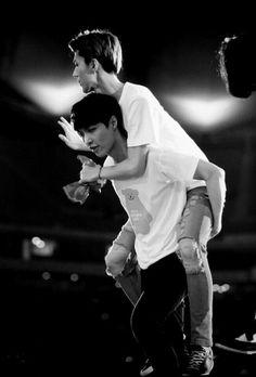Yixing giving Sehun a piggyback ride. Baekhyun, Hunhan, Exo Ot12, Yixing Exo, Lay Exo, 2ne1, Exo Ships, Got7, Park Shin