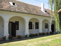 Fenc-ház Hegykő, - Hungary Small Country Homes, Rural House, Spanish Style Homes, European House, Green Gables, Traditional House, Countryside, Beautiful Homes, Pergola