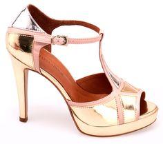 tendências em texturas, materiais e detalhes [sapatos]  Marca: Raphaella Booz  Foto fornecida pela assessoria de imprensa da marca.