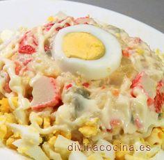 Con esta ensaladilla de huevo y surimi puedes preparar canapés, rellenar tartaletas, o unos tomates pequeños (mira la receta aquí) y servir como aperitivo. También puedes cortar a la mitad unas patatas cocidas, vaciarlas un poquito con una cucharilla y rellenar con la ensaladilla.