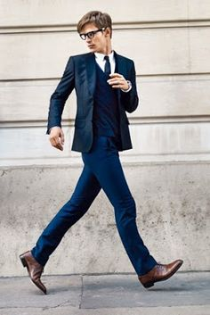 costume bleu marine chaussure marron