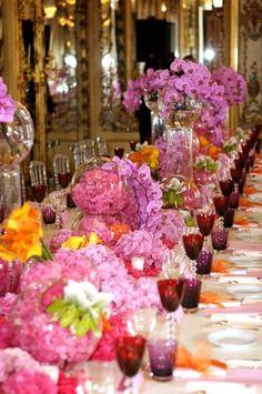 Decoración con flores de tonos rosas