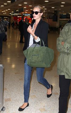 rosie huntington whiteley, pierre balmain jeans, celine green suede phantom, model off duty , airport style Rosie Huntington Whiteley, Travel Chic, Travel Style, Casual Chic, Casual Wear, Mode Style, Style Me, Airport Outfits, Street Style