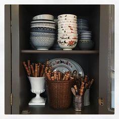 Victorian Home Interior Insta-Crush: Maura Endres of Home Interior Insta-Crush: Maura Endres of Kitchen Vignettes, Kitchen Nook, Kitchen Cabinetry, Kitchen Decor, Kitchen Ideas, Cabinets, Antique Shelves, Cozy Library, Cheap Desk