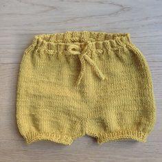 En #babyshorts har akkurat kommet av pinnene. Veldig modig fargevalg til meg å være, så jeg kjenner at jeg muligens trenger en stund for å venne meg til den - #littallergiskmotfargerOppskrift fra #denstoreguttestrikkeboka