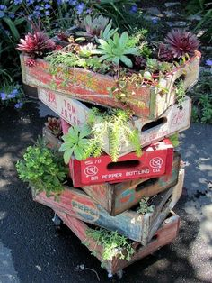 Small space? Go upwards! Crafty crates in a Flea Market garden Cindy Schroeder's wooden soda crates from the 60s