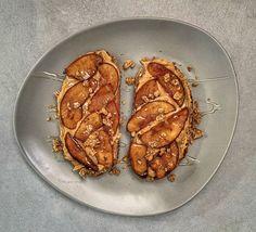 Almás-mogyivajas toast Bacon, Toast, Pork, Chips, Kale Stir Fry, Potato Chip, Potato Chips, Pork Chops, Pork Belly