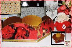 Caixa para Panetone Rasa  Caixa de MDF decorada com guardanapo e detalhes com fita de cetim e natalina dourada. Tamanho: 6 cm de altura e 22,5 cm de profundidade.  Disponibilidade: Sob encomenda