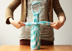 Etsy designer Nicole Licht shares how to make a picnic carrying set from a pair of pretty fabric squares using furoshiki wrapping. Furoshiki is a traditional Japanese wrapping technique that dates back as far as the eighth century. Picnic Items, Japanese Wrapping, Furoshiki Wrapping, Fancy Bows, Bottle Bag, Bottle Carrier, Wine Carrier, Gift Wraping, Picnic Set