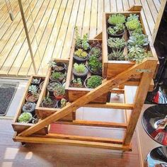 Decoration with DIY wooden pots and flower boxes that .- Dekoration mit DIY Holztöpfen und Blumenkästen, die dem Garten einen besonderen Charme verlei… Decoration with DIY wooden pots and flower boxes that give the garden a special charm box - Diy Garden, Garden Boxes, Indoor Garden, Terrace Garden, Palet Garden, Courtyard Gardens, Balcony Gardening, Garden Club, Wooden Planters