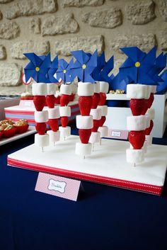 Brochettes bonbons + fruits. http://rosecaramelle.fr/sur-mesure #sweettable #anniversaire #fete