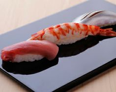 「鮨 水谷」寿司。2014米其林★★★ 水谷八郎是日本代表性的寿司匠人,以精美的素材和精细流线型工艺著称。