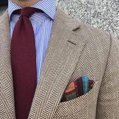 Geometric pattern pocket square introduced in a fabulous notch lapel herringbone jacket which works very well with the burgundy tie. Mens Fashion Suits, Mens Suits, Men's Fashion, Thalia, Herringbone Jacket, Dapper Men, Tweed Blazer, Work Looks, Harris Tweed