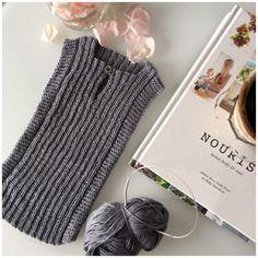 Babyvest - Betina Wessberg Knitting For Kids, Baby Knitting Patterns, Crochet Baby, Knit Crochet, Baby Vest, Crochet Slippers, Baby Sewing, Crochet Projects, Knitwear