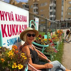 Vielä ehdit  nauttia kukista & #selfie kuvaan kukka-aidalle Järvenpäähän #kukkatuolit #hyväjäke #futuremarja #järvenpää #visitfinland #visitjärvenpää