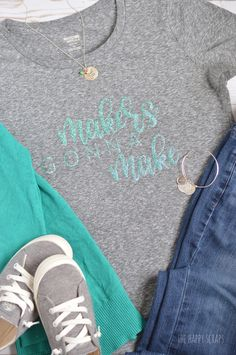 If you're a maker then you need this Glitter Iron-on Vinyl Makers Gonna Make Graphic Tee added to your closet! It's simple to create using your Cricut with the up-loadable cut file I'm sharing. Glitter Heat Transfer Vinyl, Glitter Vinyl, Vinyl Projects, Fun Projects, Project Ideas, Iron On Vinyl, Adhesive Vinyl, Cardmaking, Graphic Tees