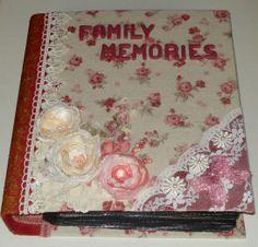 Album foto rivestito di tessuto e decorato con pizzo e fiori di organza.