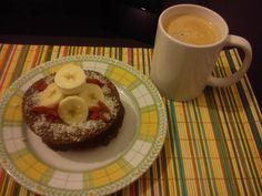 Olá a todos!! Como prometido partilhamos com vocês o delicioso pequeno almoço de hoje! Bolo de banana de alfarroba no micro ondas: O que levou: - 1 banana média; - 10g de flocos de aveia (ou quinoa...