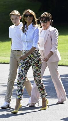 Click through the gallery to see the best photos of first lady Melania Trump wearing Manolo Blahnik BB pumps, one of her favorite styles. Moda Outfits, Chic Outfits, Summer Outfits, Milania Trump Style, Donald And Melania, First Lady Melania Trump, Melania Trump Shoes, Floral Pants, Casual Chic