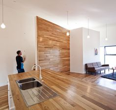 Compact House in Los Angeles Favours Floating Volumes
