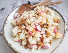 Recipe for a delicious cauliflower salad with fresh apple. Salad with cauliflower and apple is alway Easy Salad Recipes, Easy Salads, Healthy Dinner Recipes, Salad Menu, Salad Dishes, Fruit Salad, Crab Stuffed Avocado, Cottage Cheese Salad, Tomate Mozzarella