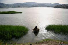 Un pescador afgano en el río Kabul, en la provincia de Laghman (AFP/Getty)