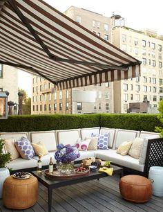 store banne en blanc et marron sur le balcon élégant