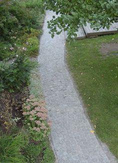 Fabrikaten Flexifog och Romex ger en elastisk fog som inte spricker lika lätt och som dessutom släpper igenom regnvatten utan att för den skull tillåta ogräs. Garden Stones, Garden Paths, Summer House Garden, Home And Garden, Sidewalk, Nature, Stones For Garden, Side Walkway, Walkway