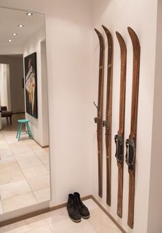 Coat rack / old skis via sonomaseven.dk --- http://sonomaseven.dk/coat-rack-old-skis/