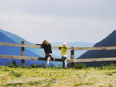 Rimanere ad ammirare l'infinito #nonèmaitroppopresto #piccoli #ospiti #infiniti #orizzonti #montagna #trekking #semprepiuinalto #sguardo #oltreledistanze #natura #falchettolovers #falchetto #vacanzainmontagna @valdinon @trentinodavivere @visittrentino