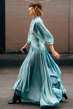 Best Street Style Looks From Paris Fashion Week - Celebrity Style Box: Celebrity Style Fashion and Latest Trends Fashion Week Paris, New York Fashion, Spring Outfits, Trendy Outfits, Cute Outfits, Classy Outfits, Work Outfits, Sweater Outfits, Fashion Looks