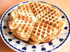 """""""Speltvafler"""" er svært gode og myke vafler som lages med speltmel i stedet for hvetemel. Oppskriften gir 7 vaffelplater. Sweets, Baking, Breakfast, Food, Cakes, Morning Coffee, Good Stocking Stuffers, Candy, Bakken"""