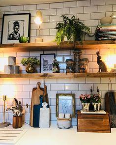 Küche mit weißen Fliesen und einem Regal in Naturholz. Kitchen with white tiles and a shelf in natural wood. Kitchen Shelves, Kitchen Tiles, New Kitchen, Kitchen Decor, Kitchen Small, Kitchen Lamps, White Tile Kitchen, Kitchen Shelf Design, Kitchen Corner