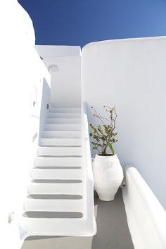 Minimalist Architecture, Architecture Details, Santorini House, Santorini Greece, Mykonos, Stairs To Heaven, Greek Decor, Bathroom Design Inspiration, Beautiful Villas
