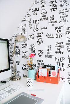 Aan de slag: Bekleed een muur bij je werkplek (of keuken) met je eigen behang, volgeschreven met quotes en teksten die je inspireren.