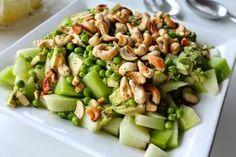 Denne salat blev egentlig hurtigt bikset sammen, da vi havde gæster til grillmad for et par uger siden, og siden da er den blevet lavet flere gange. Salaten består af 2 slags melon, avocado, friskbælgede ærter, ristede cashewnødder og en hyldeblomstdressing – helt perfekt som tilbehør til både grillet kød, kylling eller fisk. En saftig, sød og sprød salat, hvor man ikke kan andet end at tænke på sommer, sol og varme 🙂 Sommersalat af melon, avokado, ærter og cashewnødder...