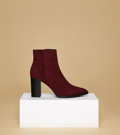 aeyde collection n01 SELINA - Beautiful handmade suede calfskin leather ankle boot in bordeaux red. A classic style with a pointed tip and and an edgy 9 cm heel. The perfect addition to any fall and winter wardrobe.