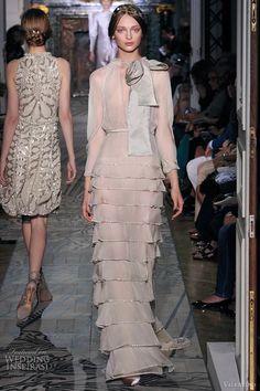 Valentino... Otoño 2011. Bello y elegante vestido de lorzas.