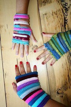 wrist warmers ~        ♪ ♪ ... #inspiration_crochet #diy GB http://www.pinterest.com/gigibrazil/boards/