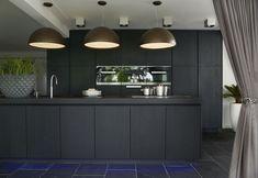 Zwarte designkeuken met kookeiland en inbouwapparatuur van Miele via Harold Lenssen keukens