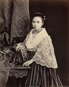 century maiden in piña Modern Filipiniana Dress, Filipiniana Wedding, Vintage Pictures, Old Pictures, Old Photos, Philippines Outfit, Philippines People, Manila, Filipino Fashion