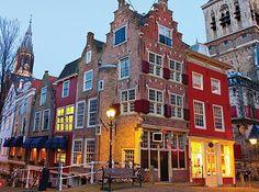 """#Delft staat ook wel bekend als """"Klein #Amsterdam"""" dankzij de vele grachtijes en de statige koopmans- en #patriciërshuizen. Zag jij het verschil?  #TravelBird #reizen #stedentrip #stad #huis"""