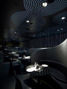 Chan restaurant at The Met-Thessaloniki, Grecia Lo que se puede resaltar en este lugar es la diferencia que crean entre los diferentes espacios, manejando igualmente un tono siempre macabro y oscuro. Esto hace que la iluminación tome protagonismo .
