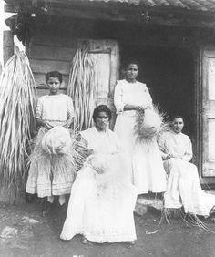 Haciendo sombreros de pajas en Cabo Rojo, Puerto Rico (c. 1916)  pr del ayer - Google Search