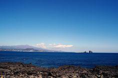 안녕하세요 우리닷컴입니다. 주말이네요^^ 즐거운 주말되시길 바랍니다. 오늘은 멀리서 보이는 형제섬의 아름다운 모습을 담아보았습니다. 크고 작은 섬이 마치 형제섬처럼 같이 있다하여 붙여진 무인도인데요. 보는 방향에 따라 마치 섬의 개수와 모양이 착각처럼 변한다고 합니다. 저번에 한번 보여드렸는데 이번에는 어떤 느낌으로 보이시나요^^ 형제섬의 일출이 장관이라 사진찍는 분들이 기다리면서 꼭 찍고 가는 곳입니다.