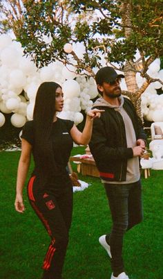 Scott Disick - Hangs with Kim Kardashian during a party on Looklive Looks Kim Kardashian, Kardashian Style, Kardashian Jenner, Kourtney Kardashian, Kardashian Fashion, Kylie Jenner, Celebrity Outfits, Celebrity Style, Celebrity Women