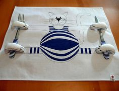 For that little guest, place this creative detail for the table - cat placemat that holds their utensils!